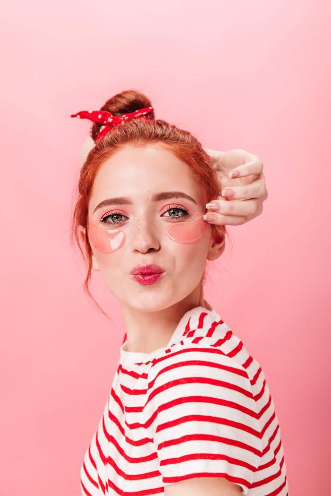 自信的红发女孩戴着眼罩看着相机工作室拍_12885500