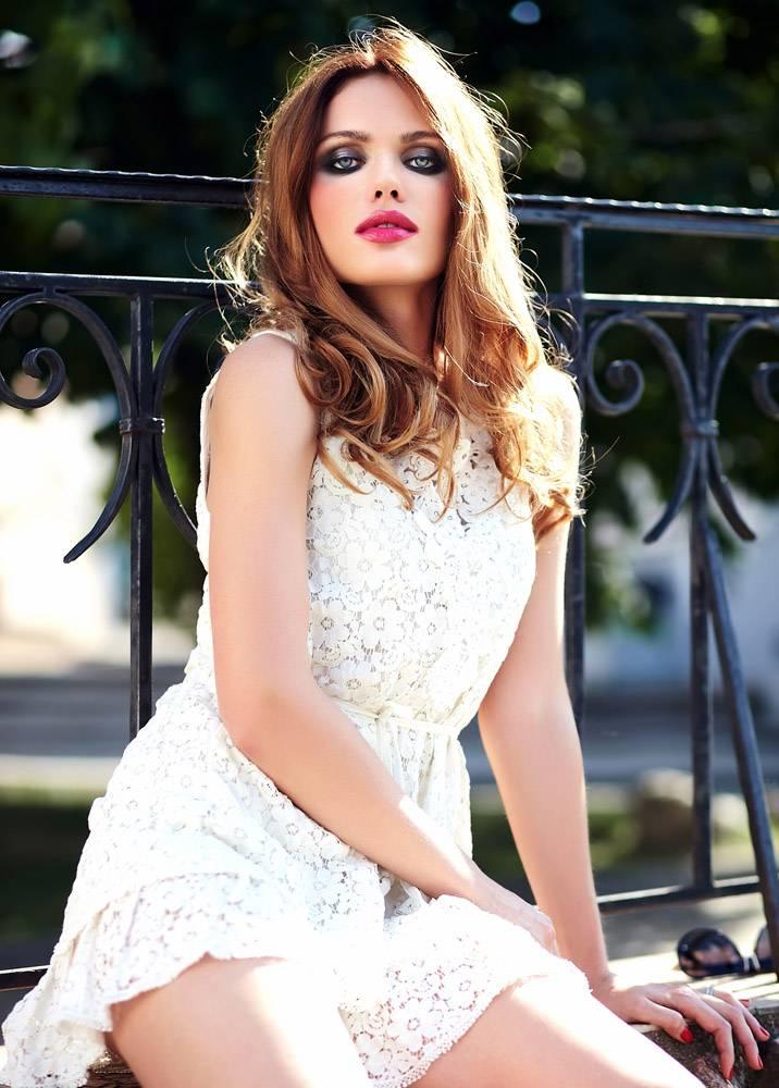 美丽性感的高加索年轻女子模特身着白色夏装_7251764
