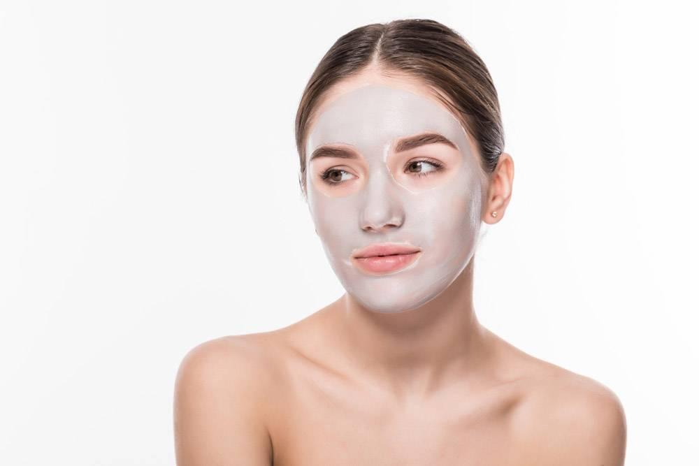 美丽的女人闭着眼睛脸上戴着白色的粘土面_8473013