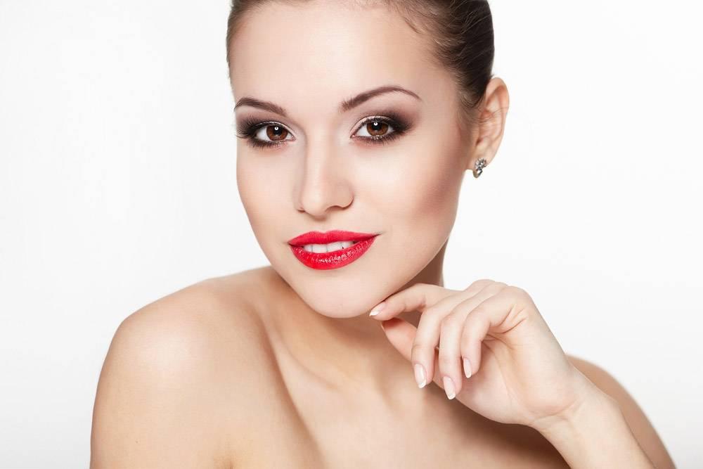 性感笑容可掬的高加索年轻女模特写红唇魅_7218640