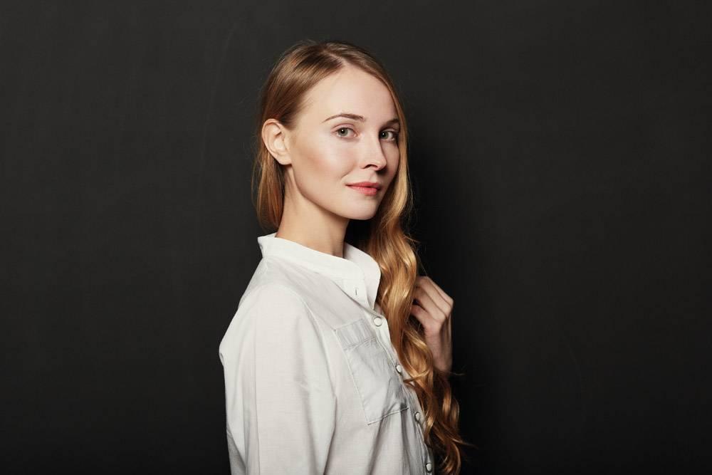 在黑色背景上为年轻漂亮的女人画肖像_6435539