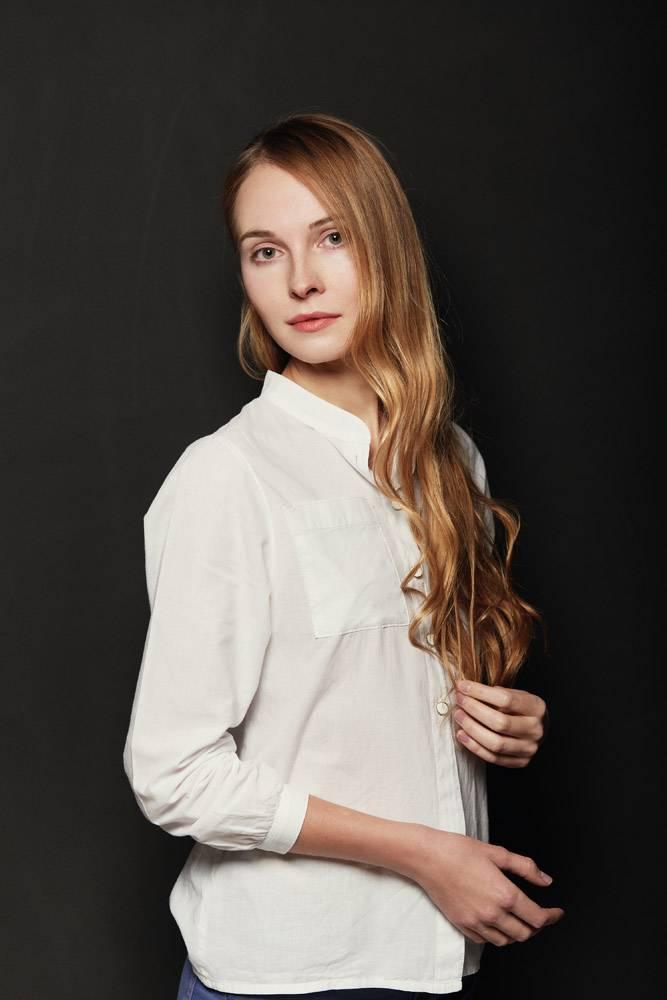 在黑色背景上为年轻漂亮的女人画肖像_6435547