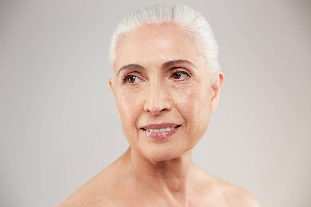 一位迷人的裸体老年妇女的美人肖像_7339426