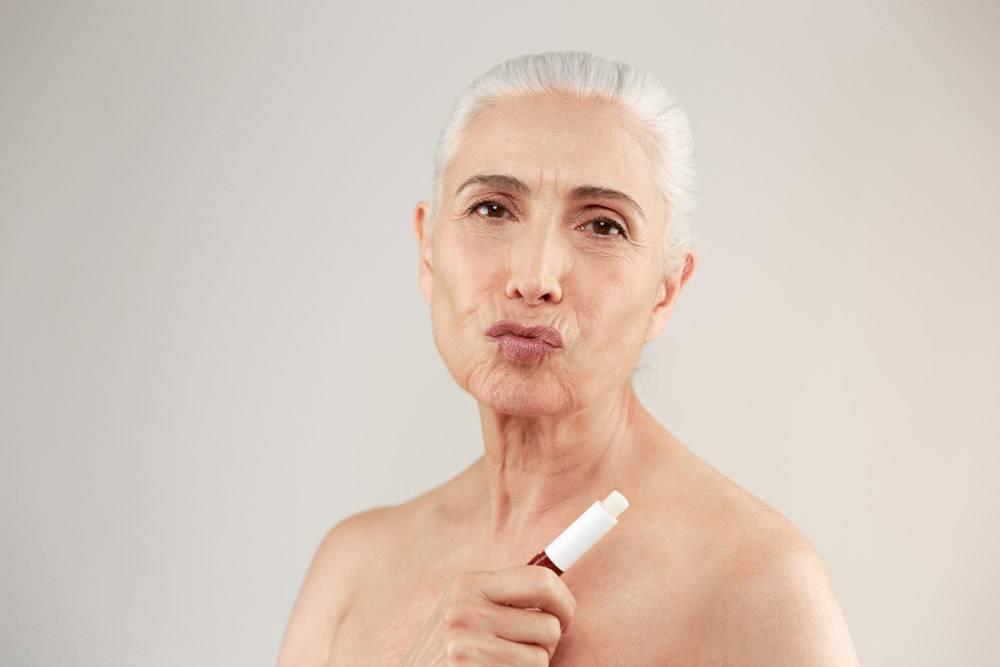一位顽皮的半裸老妇人的美人肖像_7339967