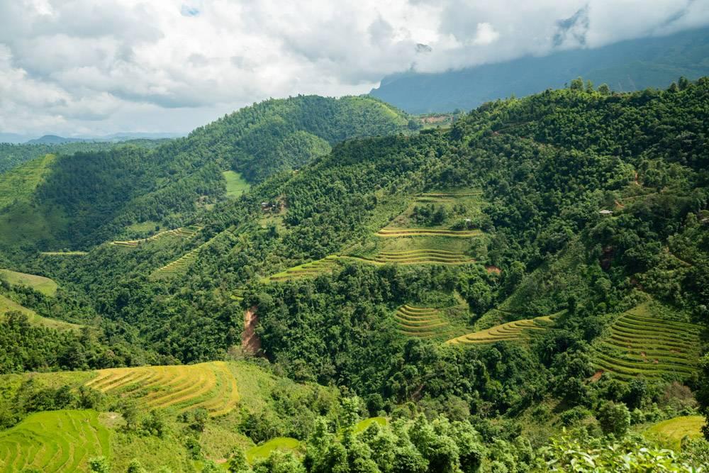 高角拍摄越南多云天空下高山碧绿的美丽风景_907661501