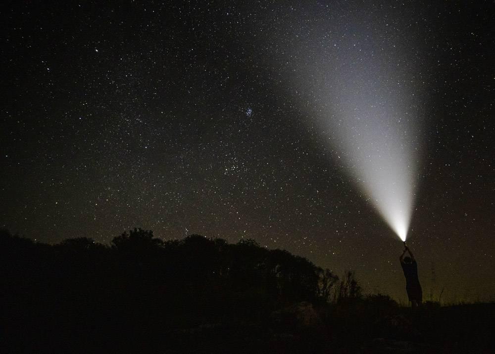 星光灿烂的夜空中的一束光_545106301