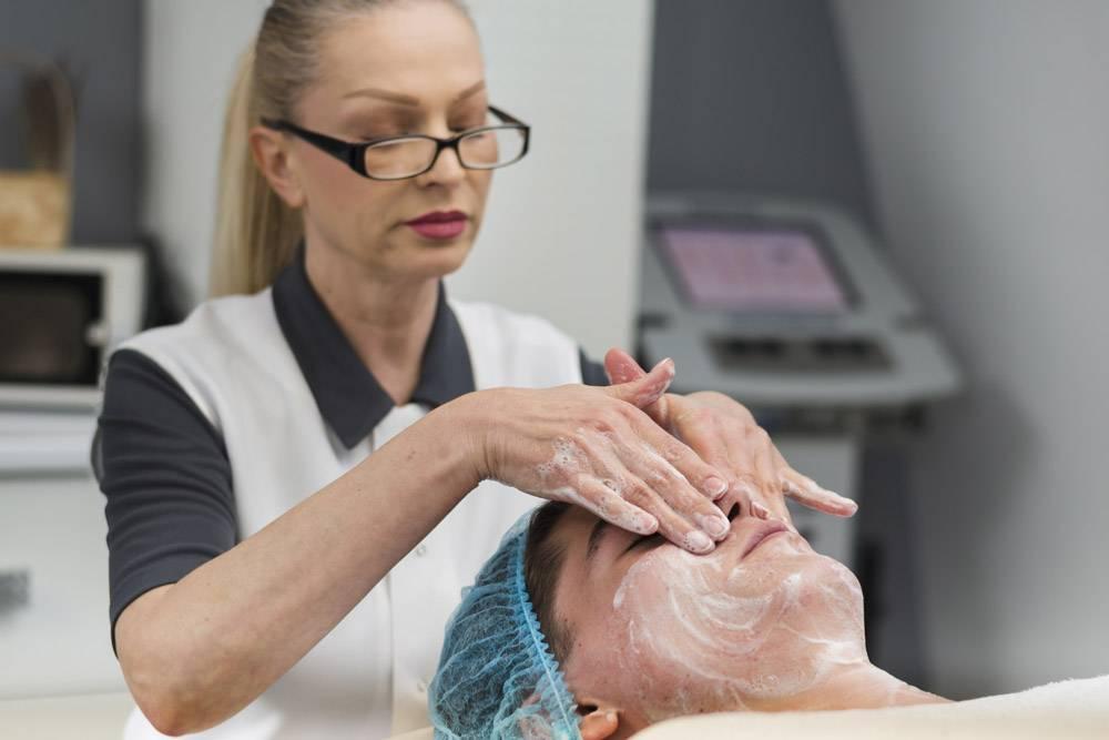 男孩在美容院接受面部护理_4724465