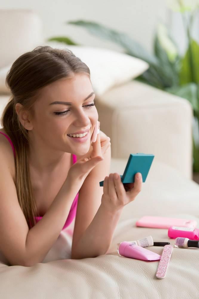 年轻女子在家里做简单的日常化妆_3938016