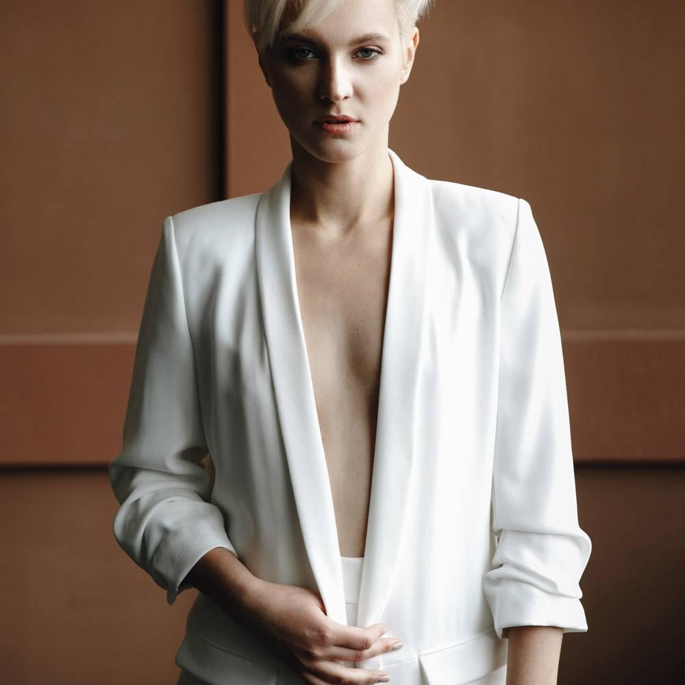 一位金发短发的金发女孩穿着白色西装在房间_2446766