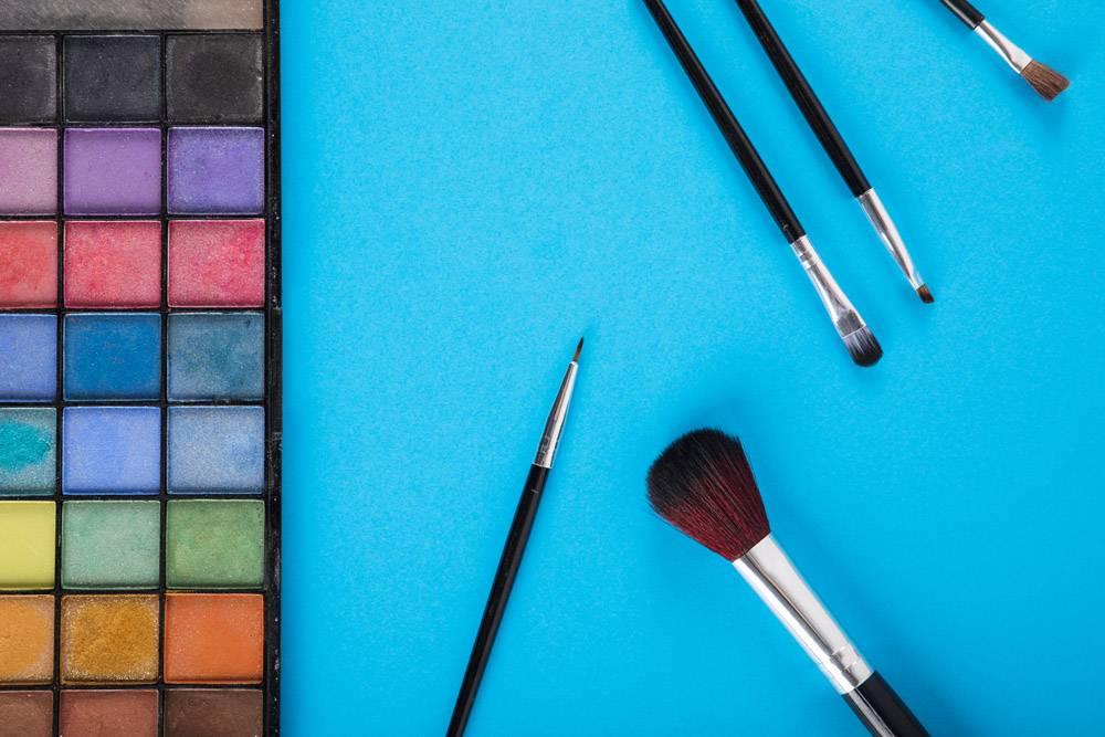 蓝色背景上的粉色和画笔调色板_2857041