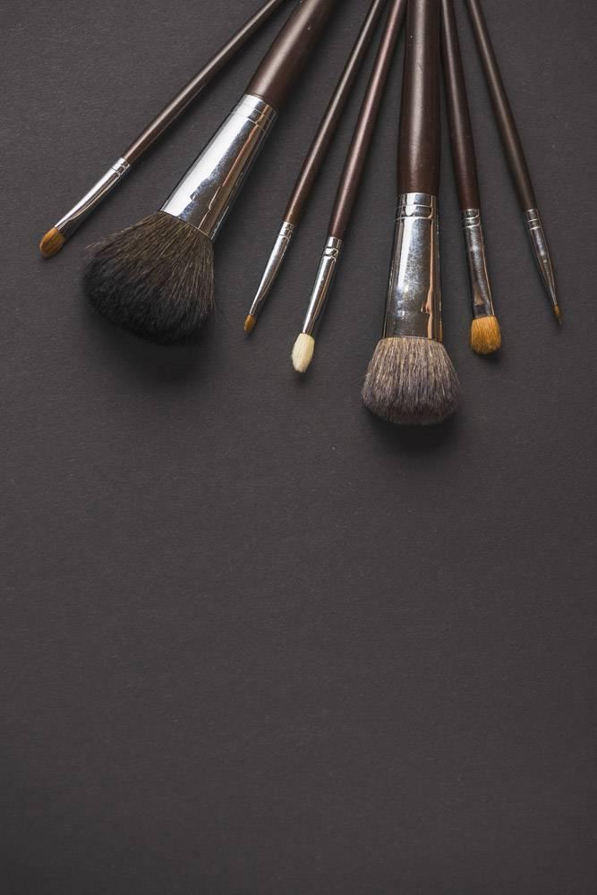 黑色背景上不同大小的化妆笔_3105814
