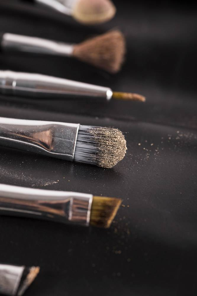 各种化妆笔刷在黑色背景上的特写_2865907