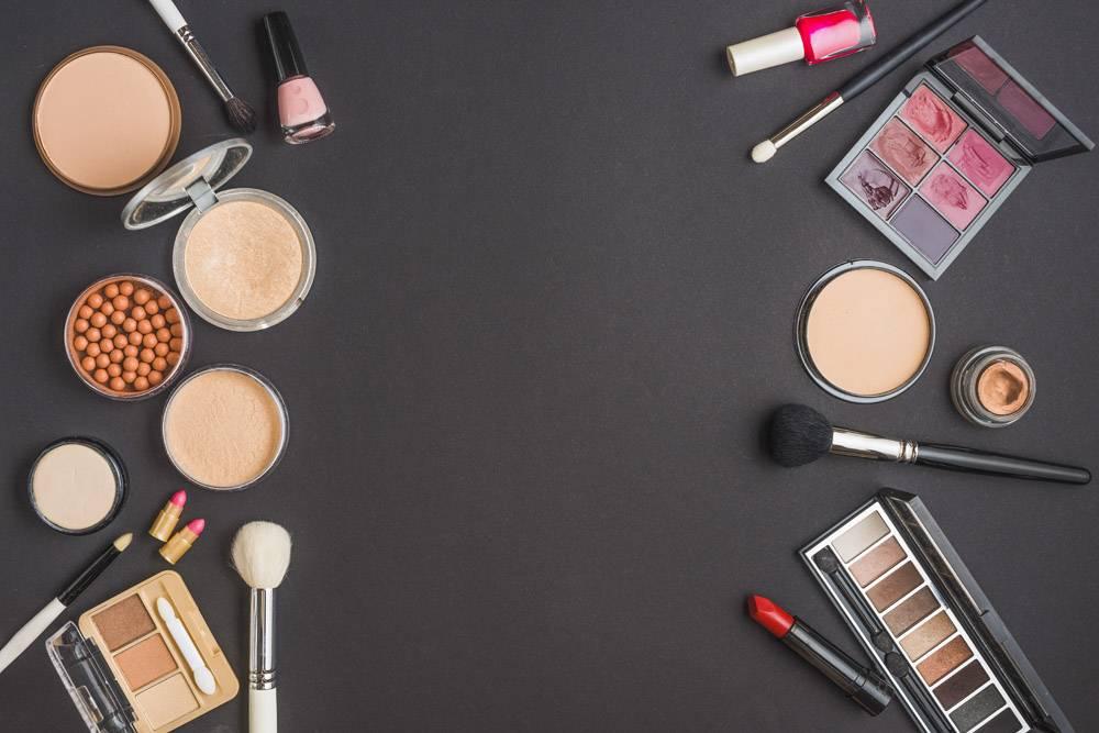 各种彩妆产品在黑色背景上的高角视图_3105824