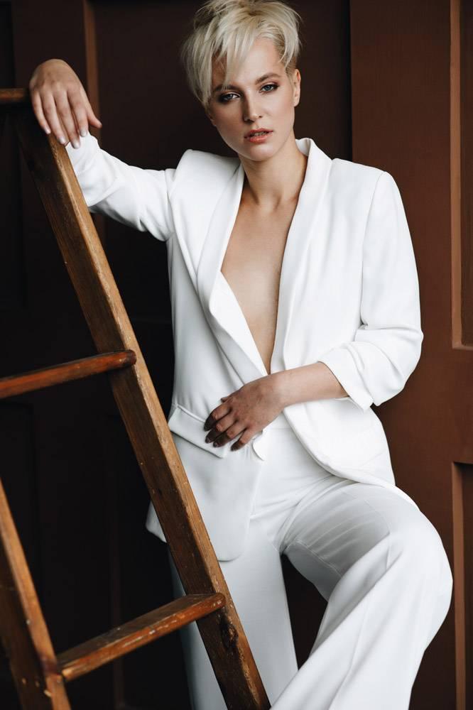 金色短发的金发女孩穿着白色西装在梯子边摆_2446768