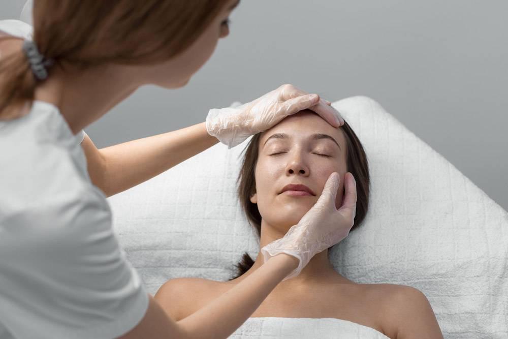 美容师和女客户在沙龙进行面部护理例行公事_12780853
