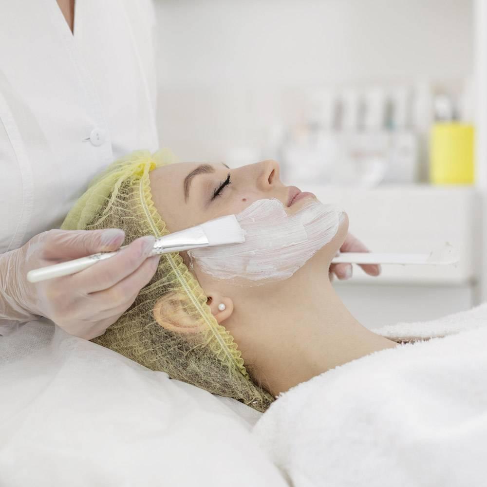 在美容诊所接受面部护理的女性_12844741