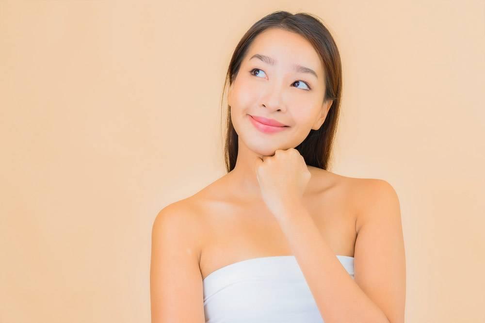米色自然妆容的水疗中心里美丽的亚洲年轻女_11670475