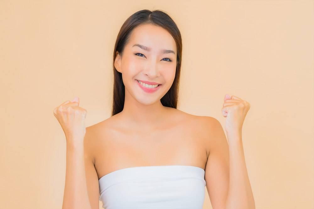 米色自然妆容的水疗中心里美丽的亚洲年轻女_11670487