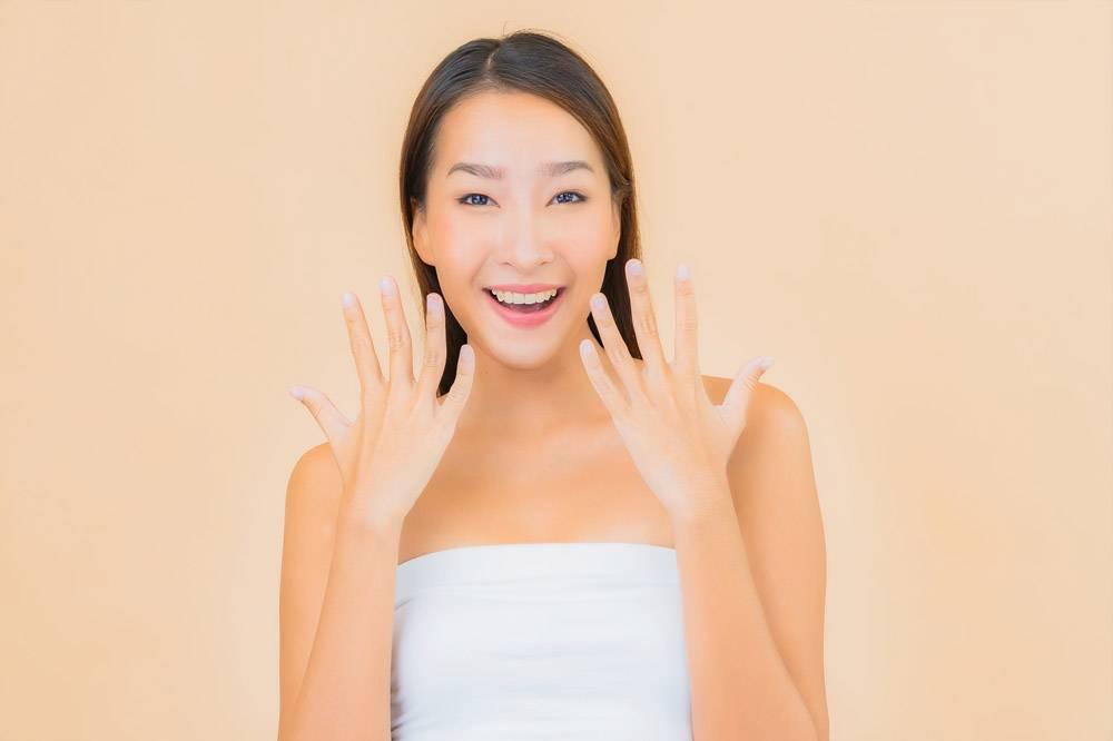 米色自然妆容的水疗中心里美丽的亚洲年轻女_11670495