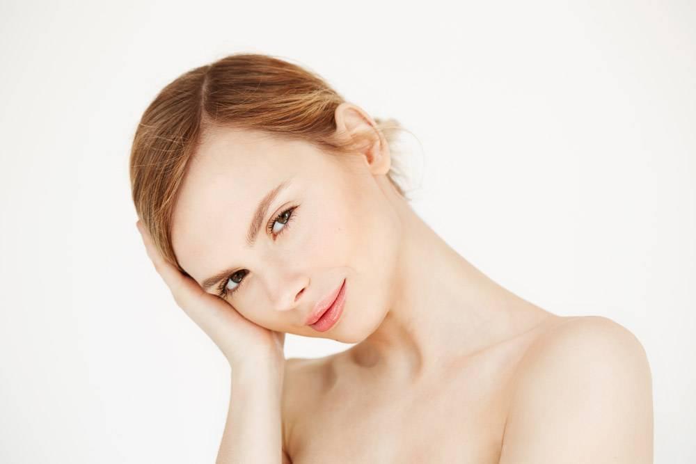 年轻漂亮女孩的肖像感人的脸庞面部护理_8467315