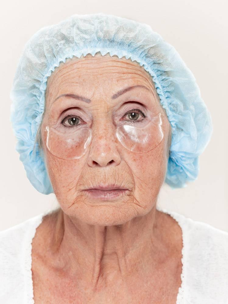 外科医生在整形手术前对中年女性进行皮肤检_7308082