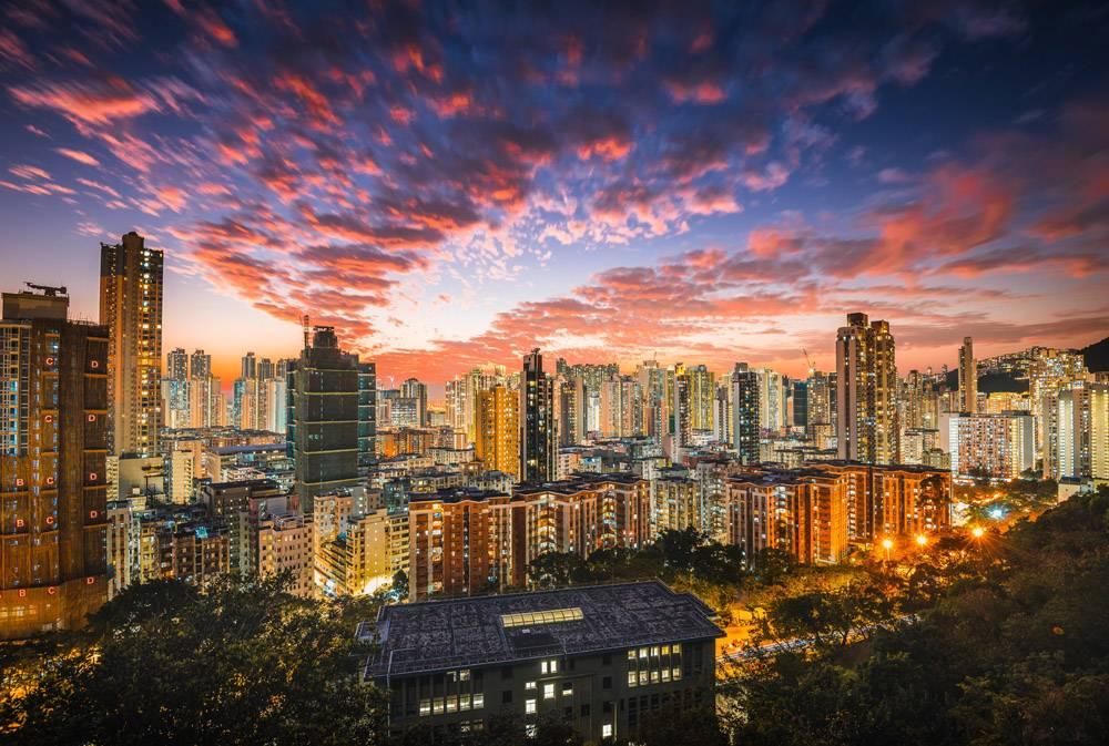 摩天大楼和天空中的粉色云朵构成了美丽的现_11206527
