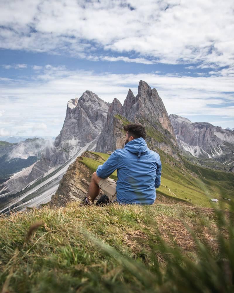 一名男子看着意大利普伊斯盖斯勒自然公园_10499975