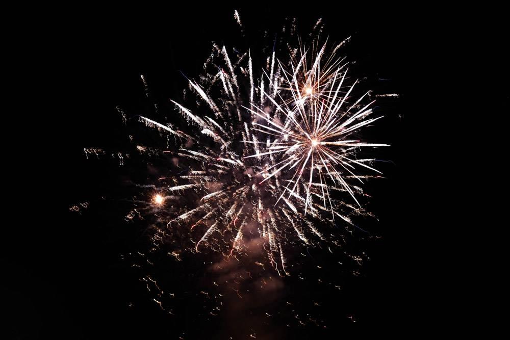 烟花在夜空中绽放弥漫着节日的气氛_9654410
