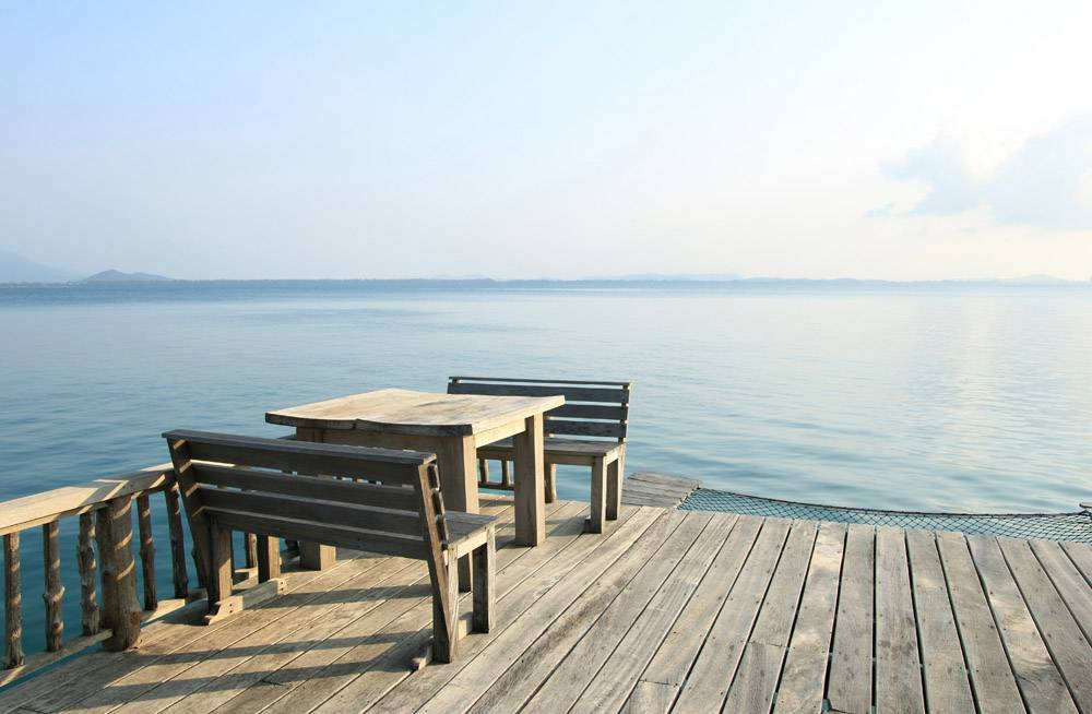 热带海滩度假胜地的木桌和木椅_1273433
