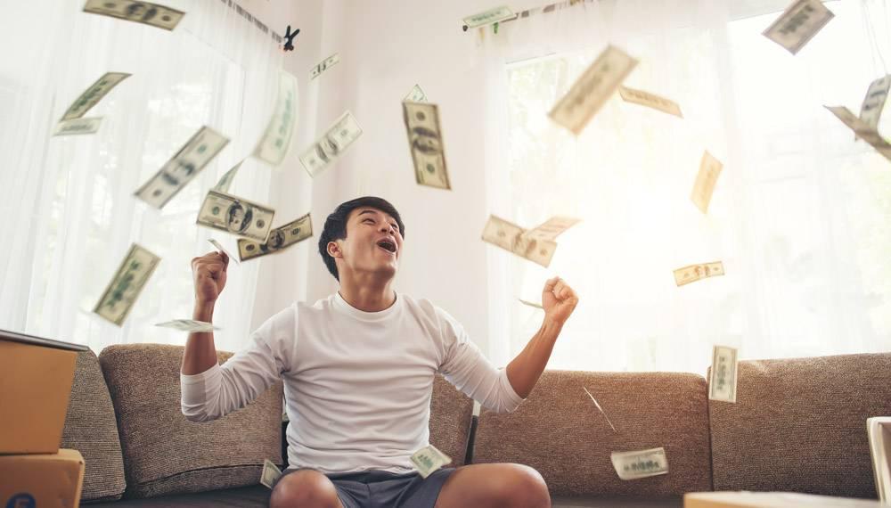 快乐的男人现金美元在家庭办公室里飞来飞_3393366
