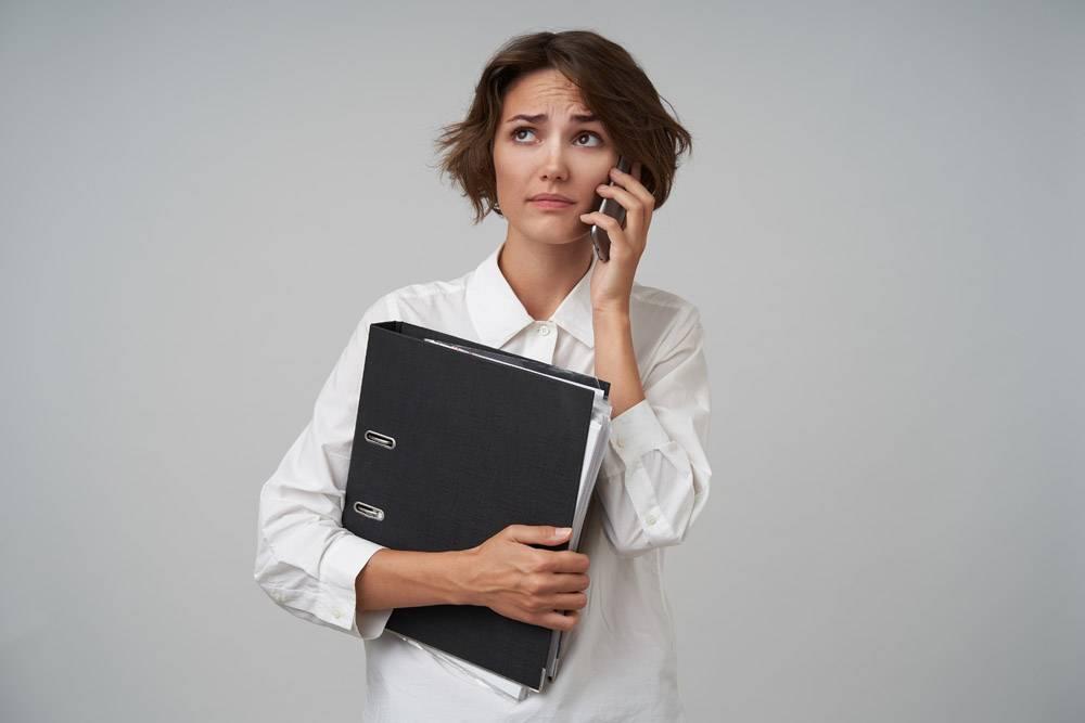 一位发型随意的年轻漂亮女子当秘书给老板_11487434