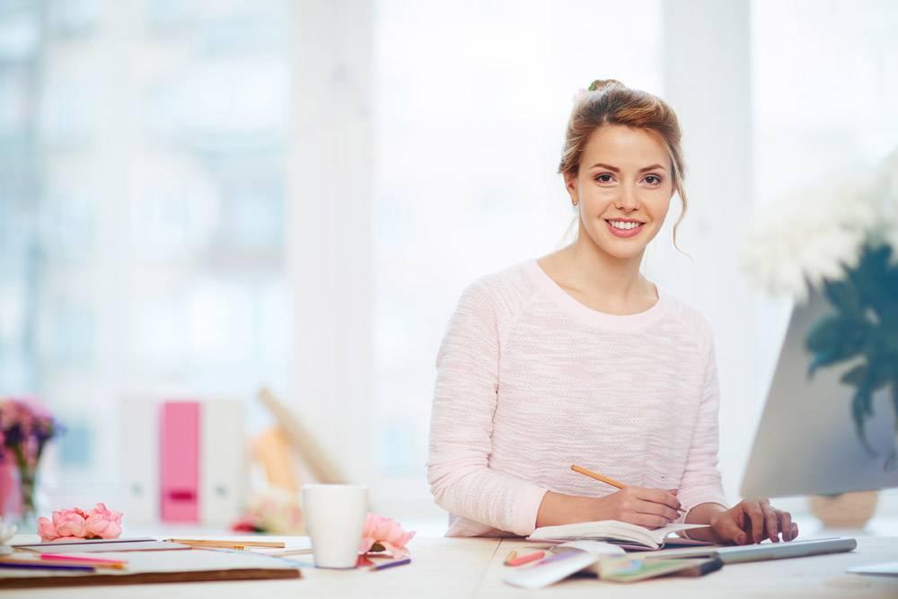 迷人的女商人坐在可爱的办公室里_5398920