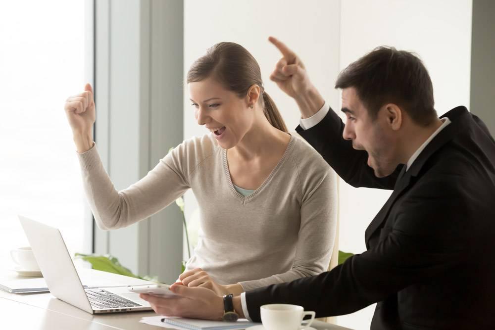 快乐的商人庆祝在线商业成功_4013232