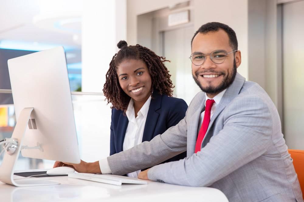 快乐的商务人士使用台式计算机_6882091