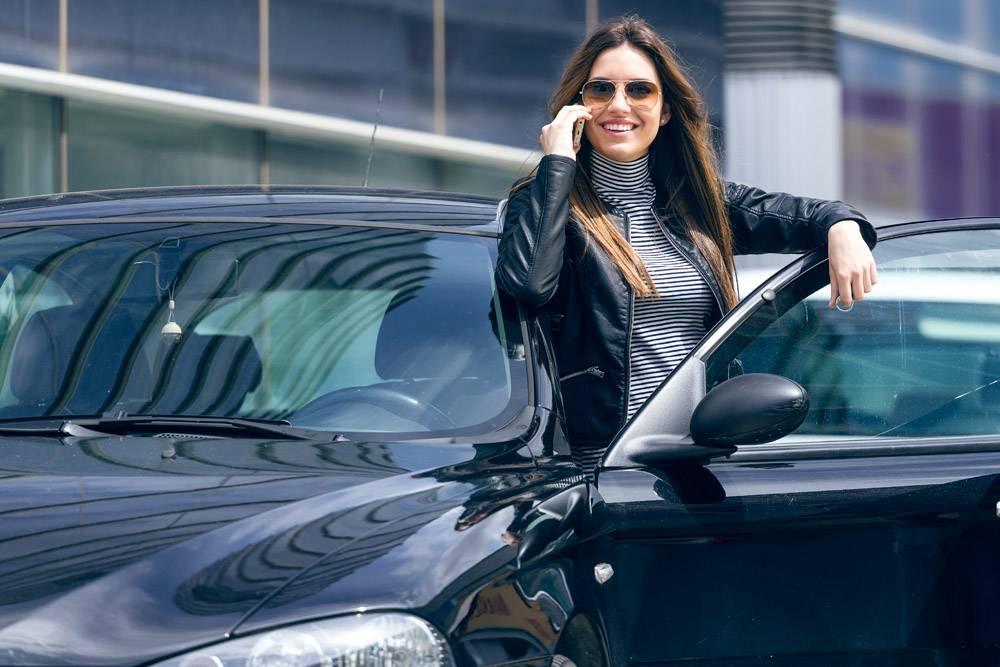 一位年轻漂亮的女士在车里用手机_1152105