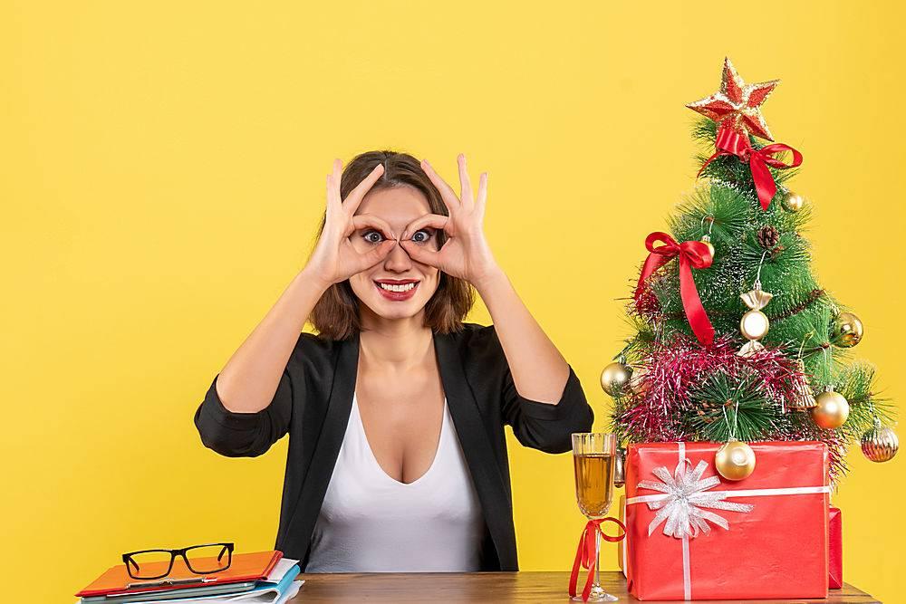 Xsmas心情与年轻快乐的女商人做着壮观的手_13408800
