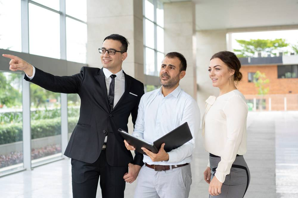 微笑的经理向投资者展示房地产对象_3082437