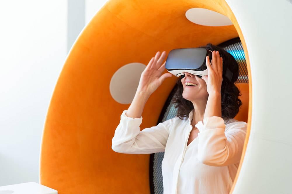 快乐的女商人观看虚拟演示文稿_5890321