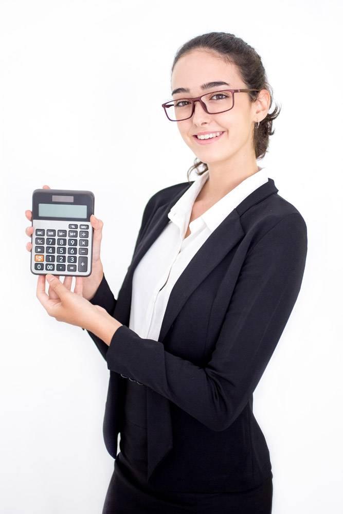 快乐的女财务顾问展示计算器_1196388