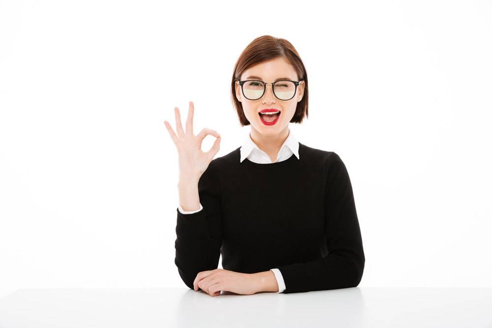 快乐的年轻女商人戴着眼镜手势不错_6819188