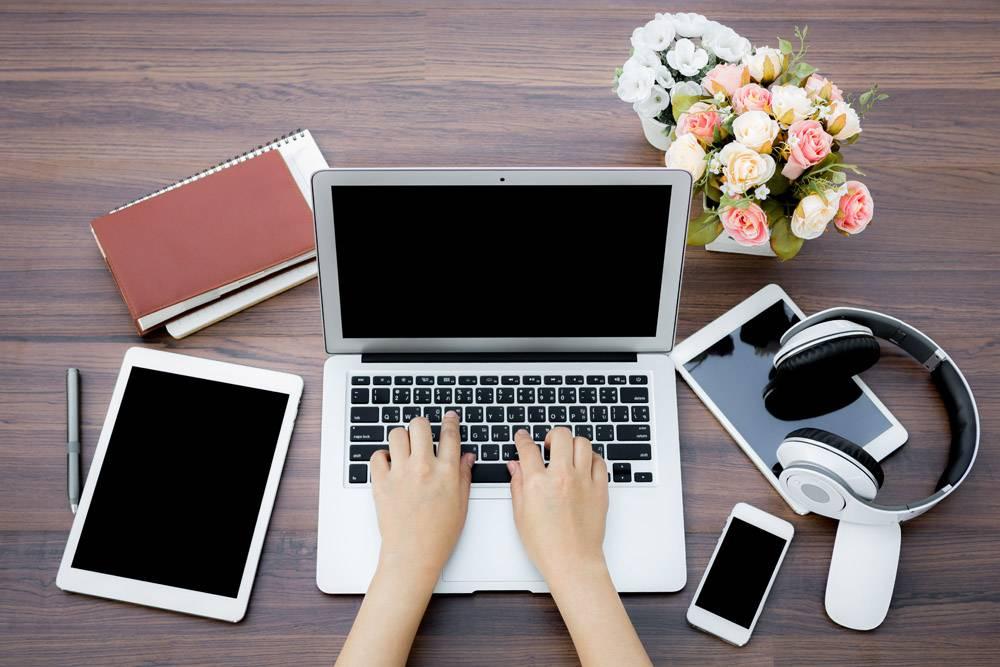 忙碌的女商人手持数字设备_978688