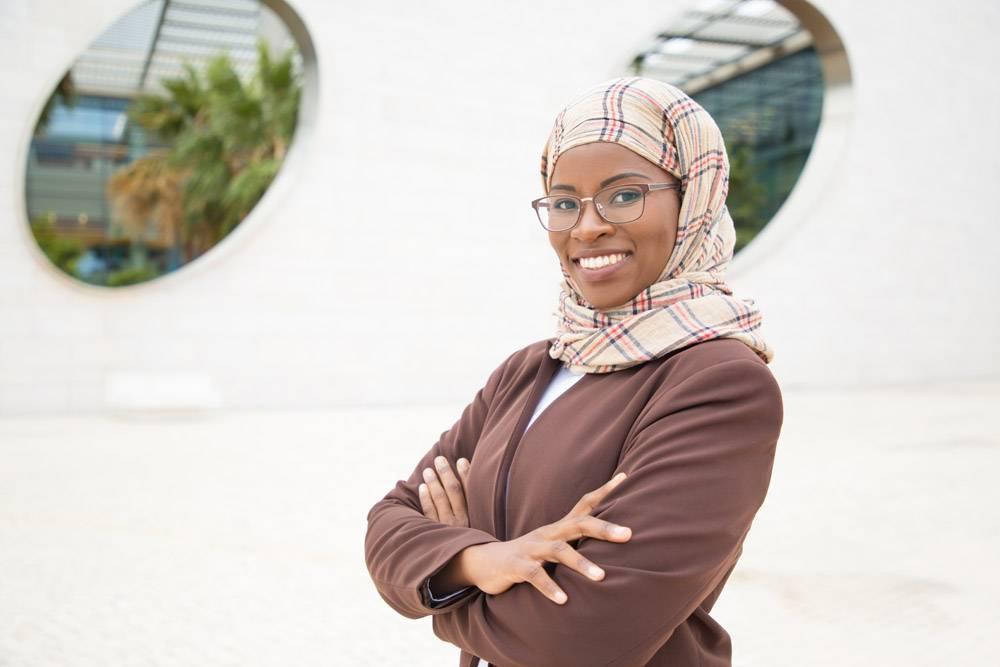 快乐快乐的穆斯林女商人在外面摆姿势_5890361