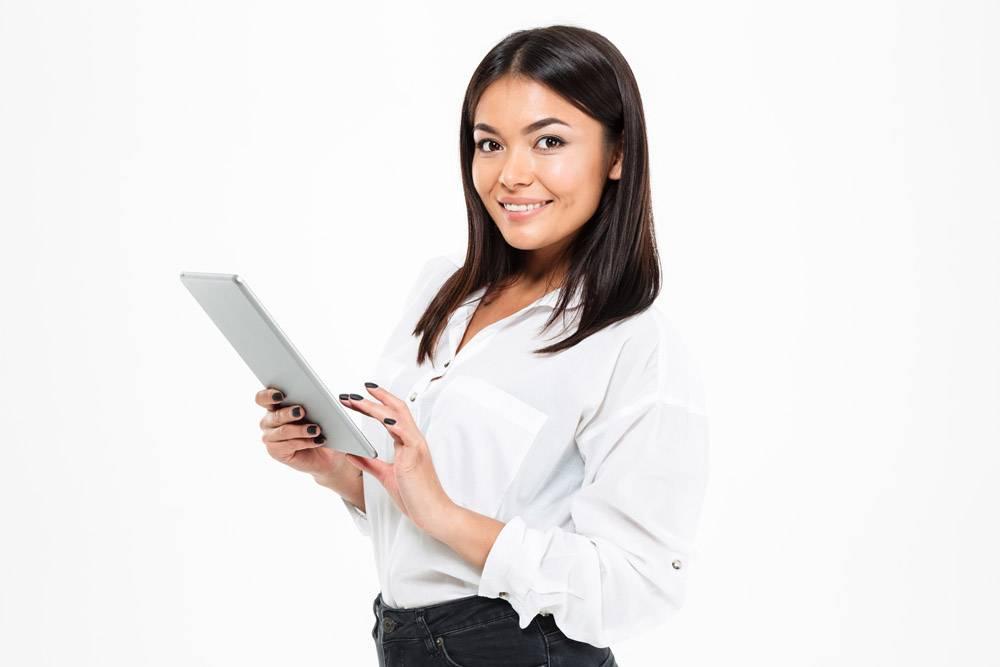 快乐的亚洲年轻女士在平板电脑上聊天_7380230