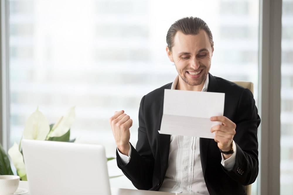快乐的商人庆祝收到好的商业消息_4013289
