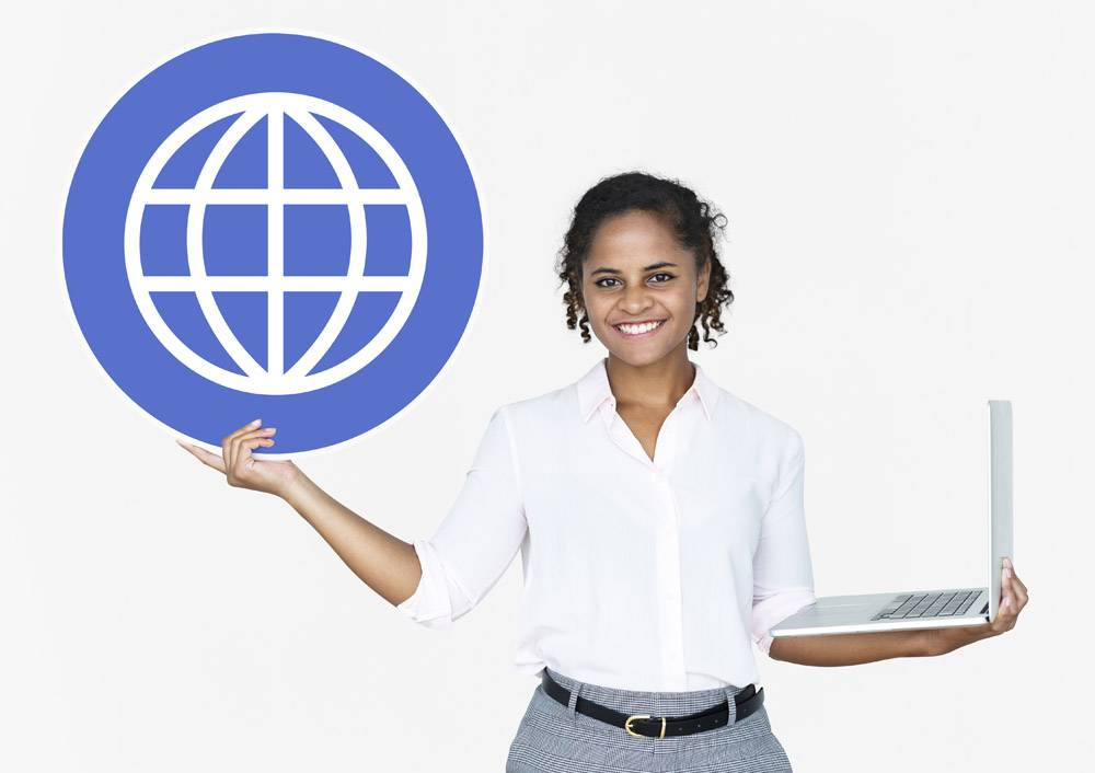 快乐的女人手持笔记本电脑和WWW图标_3540921