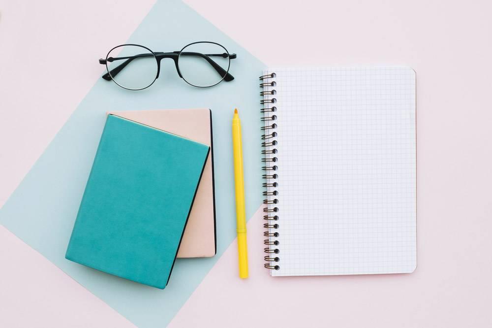 带有眼镜书本和笔记本的现代台式机背景_2559507