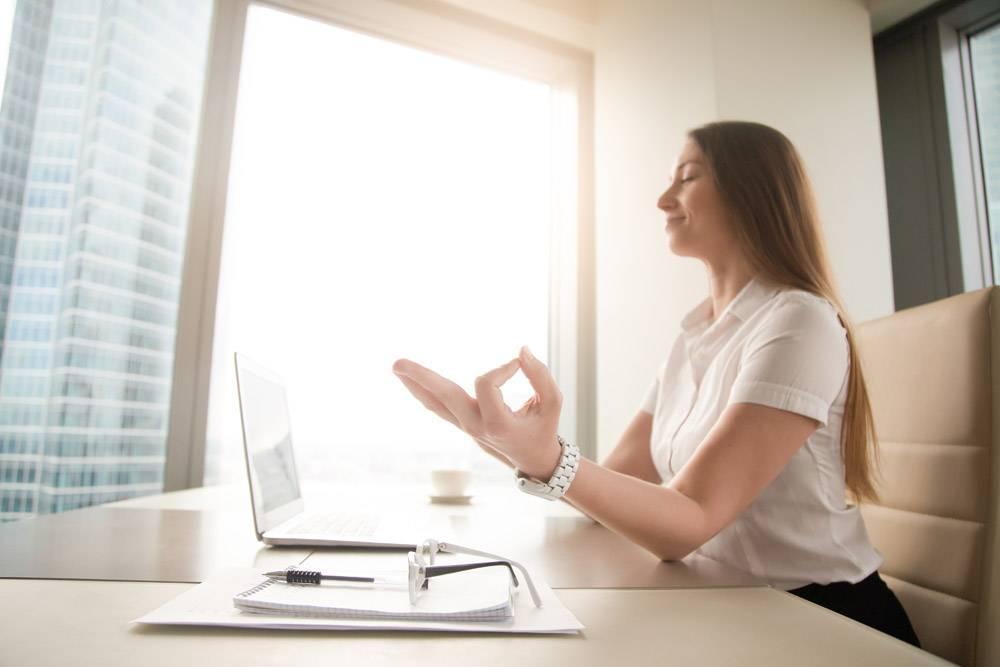 平静平静的女商人在工作中练习瑜伽在办公_3938696