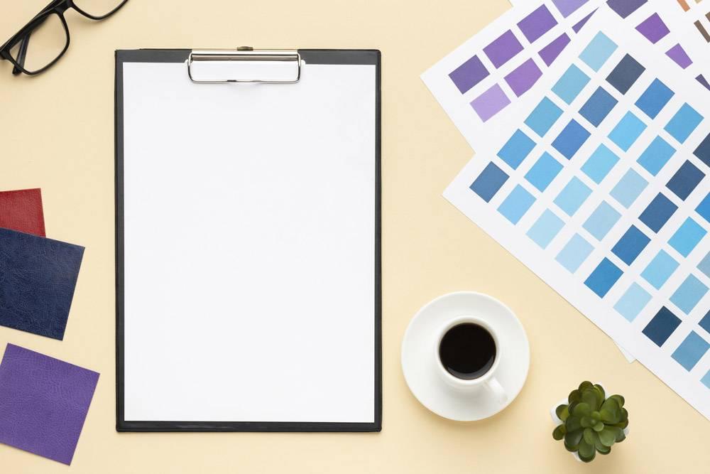 平面设计师用剪贴板俯视办公桌构图_10571351