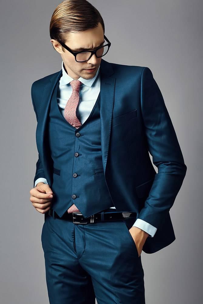 年轻优雅帅气的生意人男模西装革履戴着时_6520915