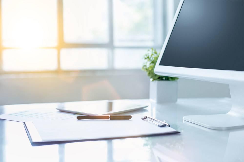 带电脑和剪贴板的办公桌_8413326